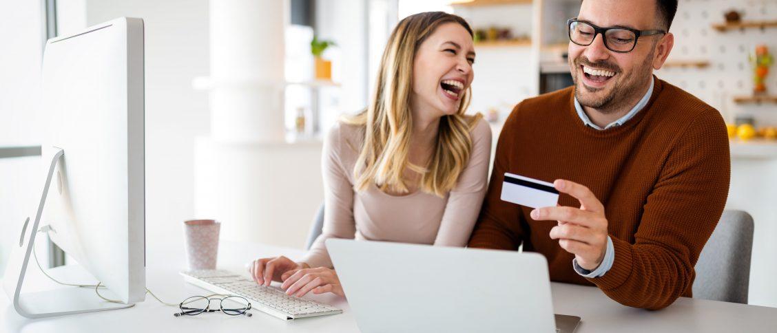 kobieta i mężczyzna robią zakupy online